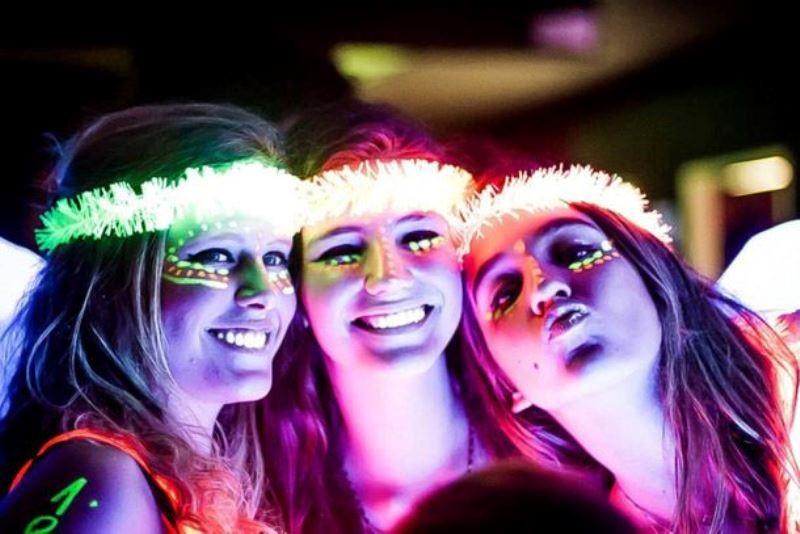 festa-debutante-neon-glow-buffet