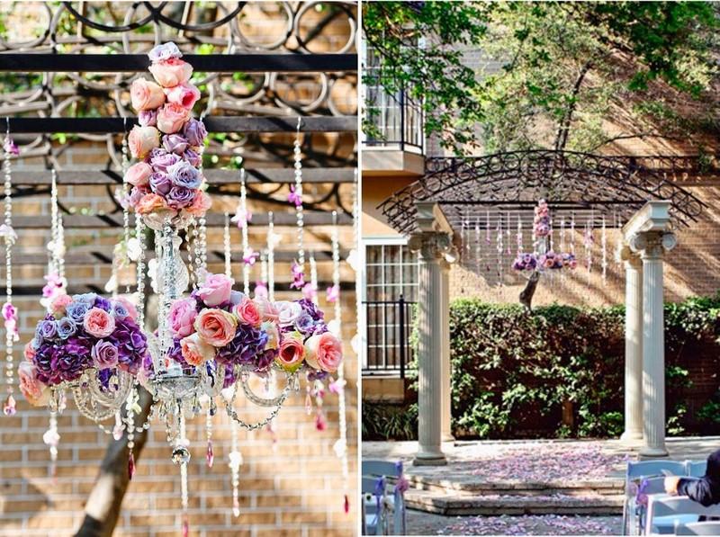 decoração com lustres e flores para casamento