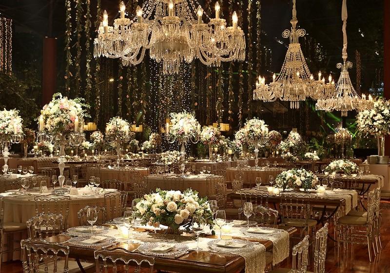 decoração com lustres na festa de casamento