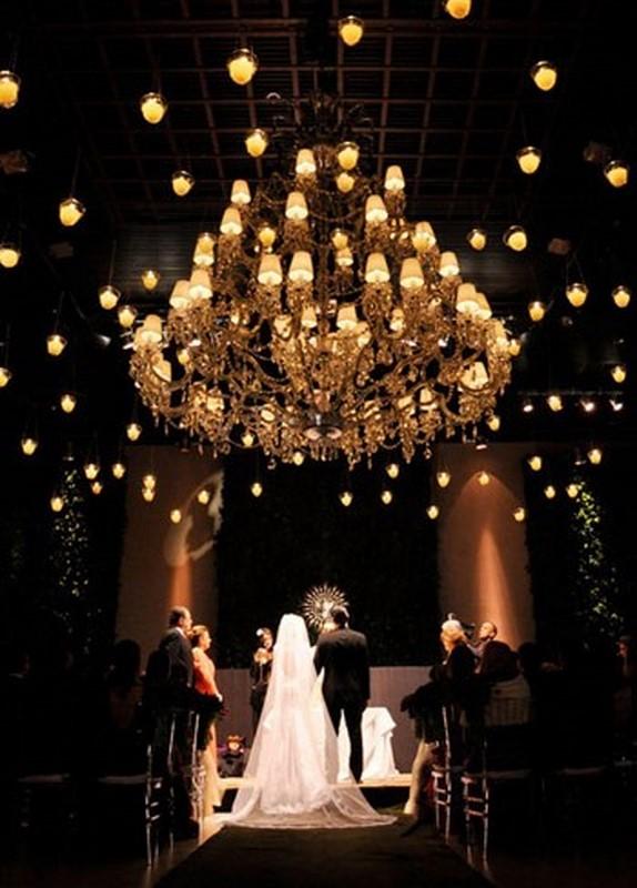 decoração com lustres para casamento com cerimônia no local