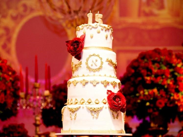 festa de 15 anos com o tema bela e a fera bolo fake
