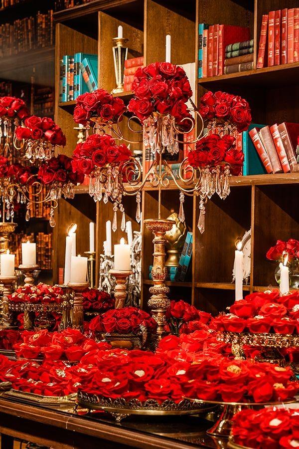 festa de 15 anos tema bela e a fera decoração flores vermelhas