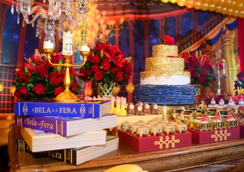 festa de 15 anos com o tema bela e a fera decoração livro
