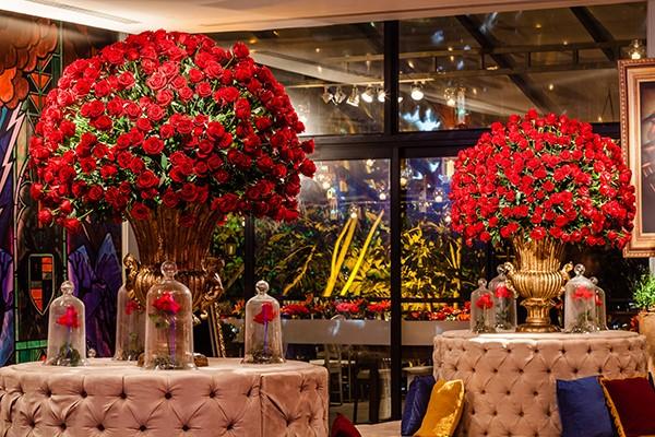 festa de debutante tema bela e a fera decoração flores vermelhas