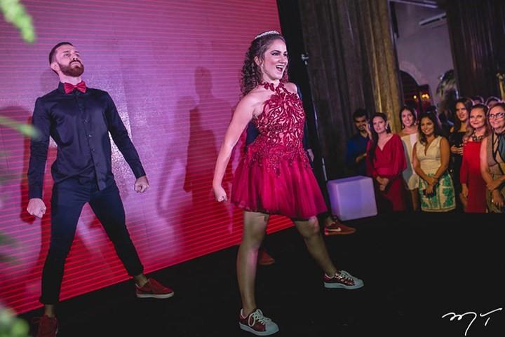 debutante usando tênis durante a festa