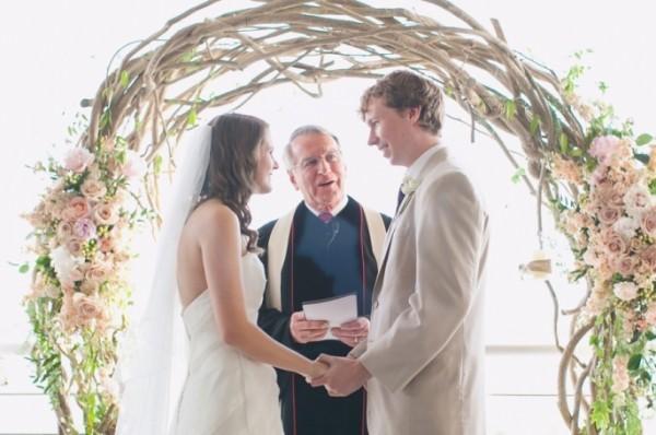 tendência de decoração de casamento com arcos de guirlandas