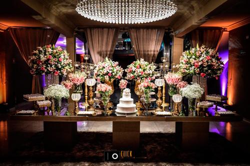 espaço com lustre clássico para casamento