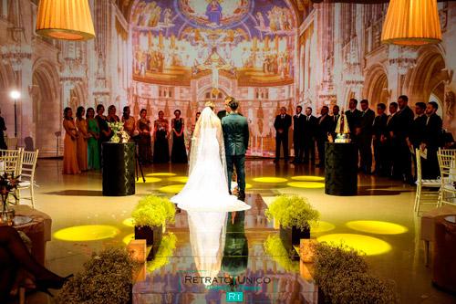 espaço para casamento com cerimônia no local com projeção mapeada