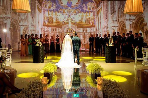 casamento com cerimônia no local com projeção mapeada de igreja