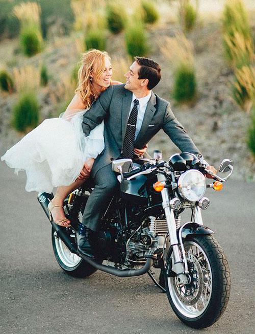 entrada da noiva de moto