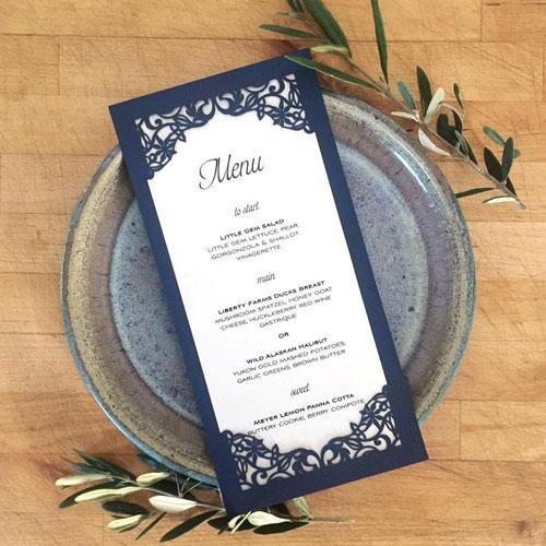 laser cut em menu de mesa de casamento