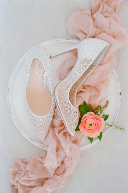 d300763d6 O sapato de noiva perfeito deve vir com um salto que você já está  acostumada a usar. Por exemplo, se você estiver acostumada com os ...