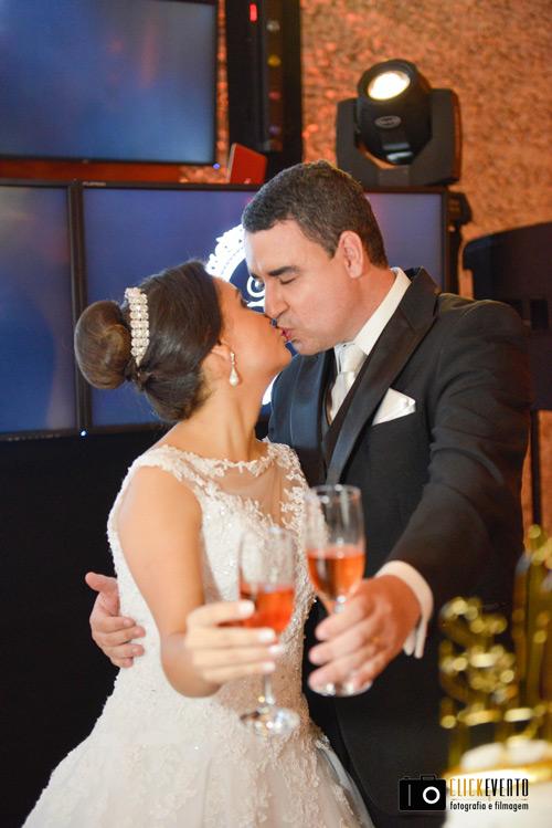 brinde dos noivos no espaço armazem