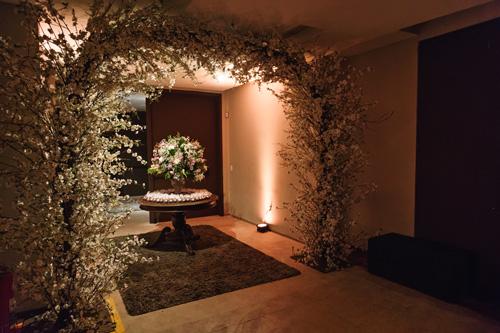 decoração de casamento com cascata de flores