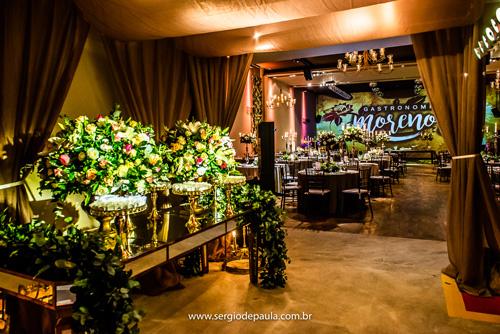 decoração com cascata de flores na mesa de doces