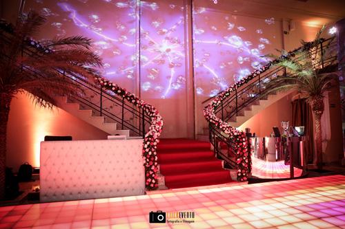 decoração de casamento com cascata de flores na escada