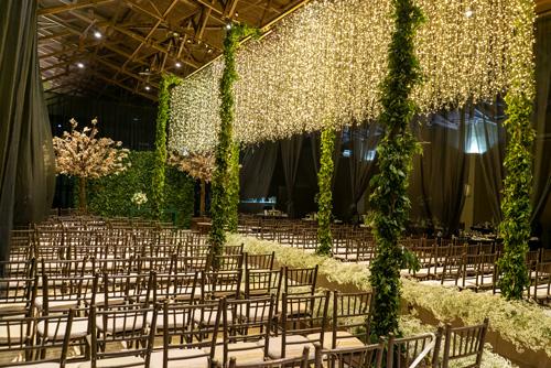 decoração para casamento com cerimônia no local com luzinhas