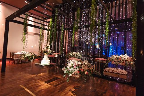 decoração de casamento com cascata de flores no teto
